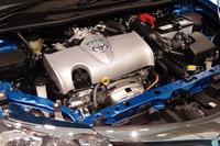 新開発の1.5リッター直4エンジン(2NR-FKE)。従来型のエンジン(1NZ-FE)からは、1496ccの排気量こそ変わらないものの、ボア×ストロークは75.0×84.7mmから72.5×90.6mmへと変更されている。