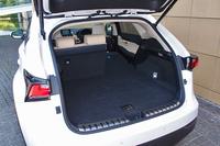 左右からの張り出しを極力抑えた荷室。トノカバーは、床下の予備スペースに収納できる。
