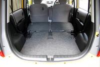 リアシートは、2段階操作で足元のスペースに沈められる。ここから助手席を寝かせて、さらなる長尺物にも対応できる。