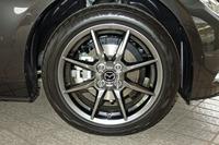 「ロードスターRED TOP」は足元も特別。高輝度塗装が施された16インチアルミホイールを履きこなす。