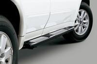 特別仕様車専用のシルバープレート付きランニングガード。ラフロードでボディを保護する効果がある。
