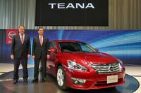 「日産ティアナXV」と日産自動車副社長の片桐隆夫氏(右)、同じく副社長のアンディ・パーマー氏。