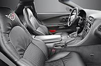 「デュアル・コクピット・デザイン」というアイディアを継承したインテリア。随所にアルミ素材をアクセントとして用いた。 エンジンスタートはプッシュボタン式。メーターには、コーナリング時の横Gを表示する「Gメーター」も備わる。