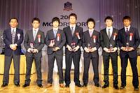 記念のトロフィーが、中嶋悟氏(写真左)から全員に贈られた。左から3人目が、チャンピオンの国本京佑。