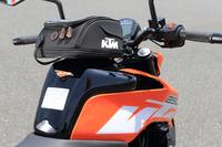 KTMのバイクには、豊富な純正アクセサリーが用意される。写真はフューエルタンクにワンタッチで装着できる「タンクバッグ」。オプション価格は、2万5103円。