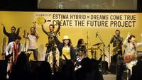 発表会の第2部では、招待されたドリカムファンを前にプロジェクトのテーマソング「想像を超える明日へ」が披露された。(写真=トヨタ自動車)