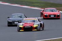 競技車両「アウディR8 LMS」とのデモランを行う2台の「R8」。