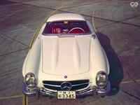 創刊号の表紙を飾った「メルセデス・ベンツ300SL ロードスター」の画像を収録。