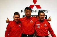 活動計画発表会に出席した、WRCドライバーのジル・パニッツィ(左)、三菱のモータースポーツ統括会社MMSP GmbHの鳥居勲社長(中央)、そして自身3度目のパリダカ優勝に自信を見せる増岡浩(右)。