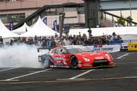 これからお約束のドーナツターンをキメようという、SUPER GT(GT500)仕様の「日産GT-R」。ドライバーはニスモのエースである本山哲。