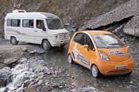 悪路を行く「タタ・ナノ」。カシミール地方のカルギルを目指す。