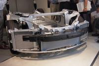 車両前部。左右にエアコン用ラジエーター、中央にモーターやバッテリーを冷却するためのラジエーターが設置される。「ロードスター」では空冷式だったモーターとインバーターは、「モデルS」では液冷式となった。