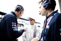 """フェラーリ在籍中の2008年ブラジルGP以来となる、自身通算16回目のポールポジションを獲得したフェリッペ・マッサ(中央)。ウィリアムズ移籍は""""都落ち""""の感が否めなかったから、このポールには感慨ひとしおといったところか。しかしレースではスタート後にトップを守るもピットストップで後退、チームメイトのボッタスにも抜かれ4位でフィニッシュ。(Photo=Williams)"""