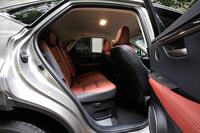 後席には電動リクライニングと電動格納機能が備わっている。