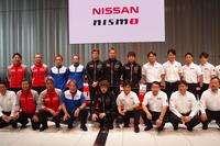 発表会場でのフォトセッションから。日産系チームの監督およびドライバー。