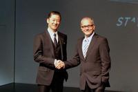 """発表会場には、クライスラーの""""ブランドアンバサダー""""を務める俳優の浅野忠信氏が姿を見せた。右はフィアット クライスラー ジャパンのポンタス・ヘグストロム代表取締役社長。"""