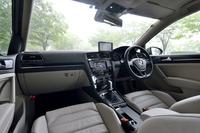 """インテリア。ダッシュボードに""""生える""""カーナビの画面は、2013年中にも、センターコンソールのディスプレイに統合される予定。(シフトレバー横のプッシュスタートボタンは、発売時の日本仕様車には備わらない)"""