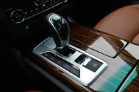 8段ATをつかさどる電子制御式シフトレバー。その左側には、走行モードの選択スイッチがずらりと並ぶ。写真でシフトレバーの右側に見えるのは、電動式パーキングブレーキの操作スイッチ。