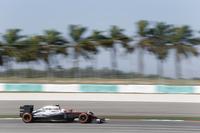 冬のテストでほとんど走れず、ほぼぶっつけ本番の状態でシーズンに突入したマクラーレン・ホンダ。開幕戦11位完走のジェンソン・バトン(写真)は予選17位から猛暑のレースをしぶとく走り、入賞も見えてきたレース中盤にターボトラブルでリタイア。徐々にペースも上げてきており、状況はレースごとに改善されているようだ。(Photo=McLaren)