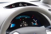 速度を上段に、その他情報を下段に表示する「リーフ」の「ツインデジタルメーター」。バッテリー残量と走行可能距離(写真では19km)は、下段右側に示されている。JC08モードの航続距離は200km。