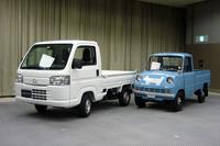 ホンダ初の四輪製品として1963年にデビュー、アクティトラックのルーツとなる「T360」(写真右)とのツーショット。