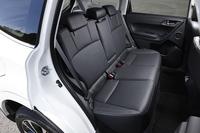リアシートについては、「2.0i」を除く全車に2段階温度調整機能付きシートヒーターが採用される。
