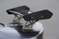 トランクリッドにそそり立つ角度調整式のリアウイングは、ウイング本体がカーボン製、ステーがアルミ製となる。