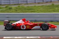 V10のハイトーンを響かせてデモランする2002年シーズンを闘ったF1マシン「F2002」。