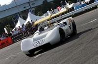 サスペンションに連動して可変する分割式ウイングを備えた、1968年日本グランプリ優勝車である日産R381。長谷見昌弘氏がドライブした。