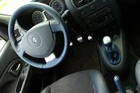 試乗車はインテリアの各所に専用カラーの革を用いた「インテリアパック(10万5000円)を装着していた。