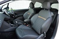 サイドサポートが盛り上がった、スポーティーなフロントシート。表皮は、ファブリックとテップレザー(人工皮革)のコンビタイプ。