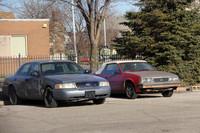 ホテルの駐車場に放置されていた「フォード・クラウン ヴィクトリア」(写真左)と、初代「いすゞ・アスカ」と同じJプラットフォーム上に造られた「シボレー・キャヴァリエ コンバーチブル」(写真右)。