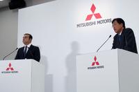 日産のカルロス・ゴーンCEO(写真向かって左)と、三菱の益子 修CEO。
