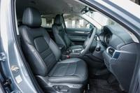フロントシートのシートバックにはサスペンションマットを採用。