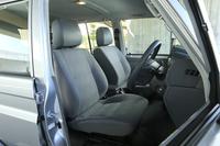 シート表皮はファブリック。前席にはリクライニングと前後スライド調整機構が備わっており、ステアリングのチルトおよびテレスコピック機構を併用すれば、適切なシートポジションが取られる。