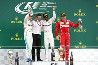F1第10戦イギリスGPを制したメルセデスのルイス・ハミルトン(写真右から2番目)、2位でゴールしたメルセデスのバルテリ・ボッタス(同左端)、3位に入ったフェラーリのキミ・ライコネン(同右端)。(Photo=Mercedes)
