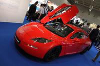 英国パビリオンに展示されていた「デルタE4クーペ」。イギリスのデルタ・モータースポーツ社が開発したEVスポーツカー。後ろからの眺めは「アルファ・ロメオTZ」を思わせるコーダトロンカでなかなかカッコイイが、Aピラーが太いのがちょっと残念。
