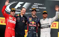 ハンガリーGPを制したレッドブルのダニエル・リカルド(右から2番目)。フェラーリのフェルナンド・アロンソ(一番左)は2位、メルセデスのルイス・ハミルトン(一番右)はピットスタートから3位表彰台にのぼった。(Photo=Red Bull Racing)