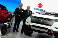 プレスカンファレンスで登壇したスズキの本田治副社長と、鈴木修会長兼社長。