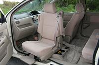 オプション装備される「フレンドリーシート」。助手席シートに座ったままクルリと回転する。