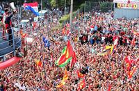大観衆の前で優勝トロフィーを高々と掲げるレッドブルのセバスチャン・ベッテル。ただしここはイタリア、多くは2位でゴールしたフェラーリのフェルナンド・アロンソをたたえ、ウィナーには容赦ないブーイングを浴びせた。(Photo=Red Bull Racing)