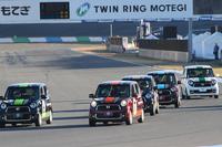 """二輪と四輪がリレー形式で戦う「Honda Racingスペシャル・レース」。後半は「N-ONEレーススタディモデル」により順位を競う。助手席に乗るのは、チームメイトのライダー。追い迫るライバルにおきて破りの""""ウィンドウウオッシャー攻撃""""を仕掛けるドライバーも。"""