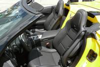 シートまわりでは、オープン化に際してシートベルトのマウント位置が変更されている。