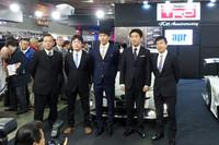 向かって左から、aprの金曽裕人監督、31号車に乗る嵯峨宏紀選手と中山雄一選手、30号車の永井宏明選手と佐々木孝太選手。