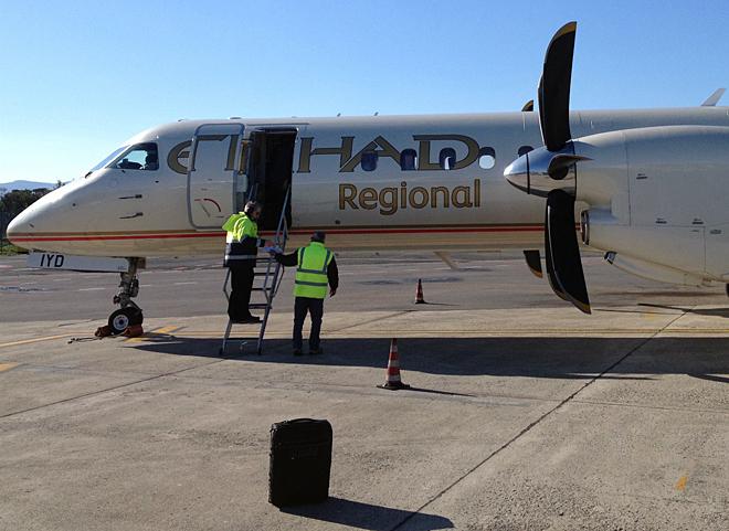 2014年に続き、筆者はフィレンツェ空港からジュネーブに向かった。機材は約50人乗りの「サーブ2000」。もはやクルマとは関係ない「サーブ」とはいえ、どこかうれしいのは筆者だけか。運航はエティハド航空系。アラビアンな書体がイカす。