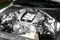 新型「GT-R」のエンジンは、職人がひとり一基ずつ組み立てを受け持つ。