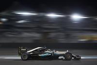 """自力でタイトルを獲得できないハミルトンは、トップ走行中にペースを落とし、2位を走るロズベルグと、ライバルチームのセバスチャン・ベッテル、マックス・フェルスタッペンを競わせようとする""""奇策""""に出た。結果ロズベルグが2位を守り通したが、チームからは「ペースを上げろ」と強く命令されるなど緊迫した空気が伝わってきた。レース後には「危険でもアンフェアでもなかった」と自らの作戦の正当性を主張していたが、場合によってはさらに後味の悪いエンディングの可能性もあったはず。問題の火種になりかねない、元王者の「最後のあがき」だった。(Photo=Mercedes)"""