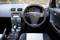 インパネデザインは3車ともソックリ(写真はS40)。わずかに傾斜が異なる「C30」だけ、ダッシュボード上に純正ナビが付けられない。