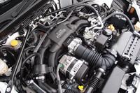 フロントの奥まった位置に搭載される心臓部。スバル伝統の水平対向エンジンに、トヨタの直噴システムが組み合わされる。