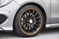 「18インチAMGマルチスポークアルミホイール」もオレンジのラインで飾られる。標準車(17インチ)と比べ、直径は1インチ大きい。ドリル孔のあるディスクローターも特別装備の一つ。